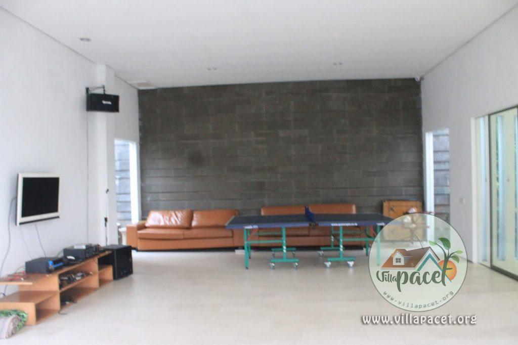 ruang karaoke dan tenis meja villa aris pacet