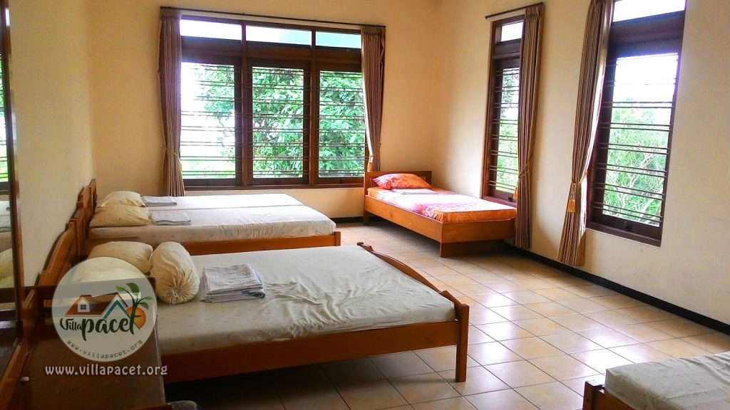 kamar yang luas menghadap pemandangan di villa safe care pacet