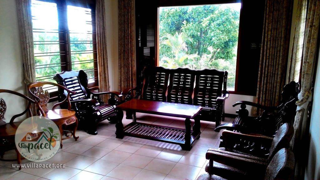 suasana klasik ruang tamu villa safe care pacet