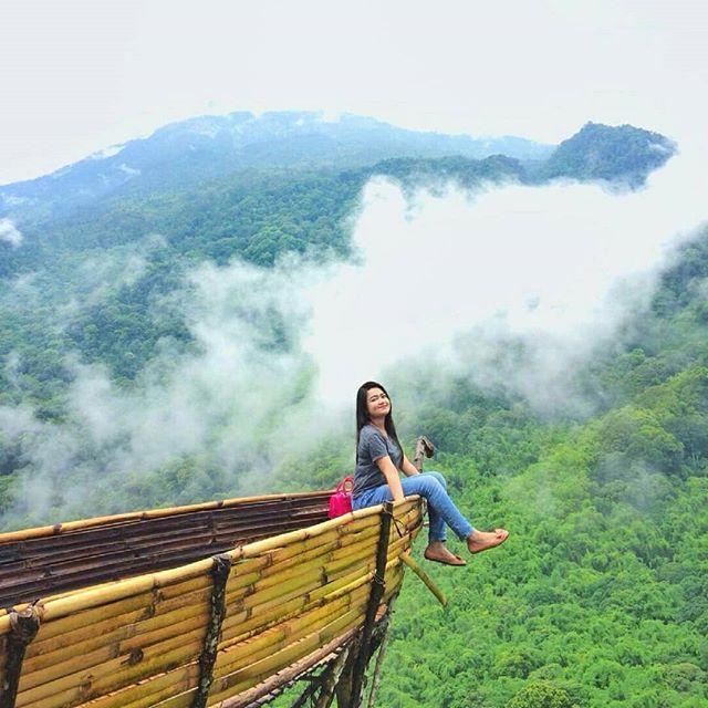 salah satu spot foto berupa perahu wisata panorama alam petung sewu