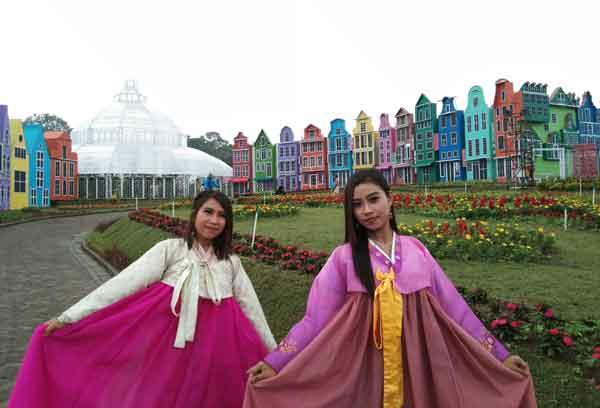 kostum baju adat korea di florawisata san terra pujon